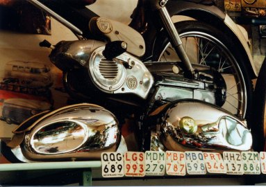 Benzinetankjes en verzekeringsplaatjes
